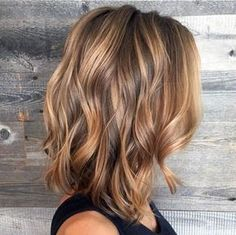We love this wavy lob paired with bronze blonde and light brunette balayage and…