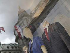 リージェント・ストリートのショップ。万国旗を添えて(お料理キャプション。もういいって?)。Shop Window on Regent Street, via Flickr.
