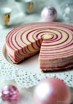 Polkakakku: Strawberry-mint cake Bottom: 200 g domino biscuits 50 g butter or… Chocolate Blanco, White Chocolate, Cheesecake Recipes, Dessert Recipes, Mousse, Bon Dessert, Sweet And Salty, Let Them Eat Cake, Yummy Cakes