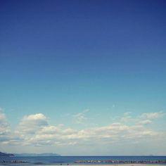 【muusuubii】さんのInstagramをピンしています。 《. おじさんが 空にハシゴをかけて 空色を切り取って 洋服をつくる ...ような歌があったと思うんやけど どんな歌やったか 思い出せないのであります . #空 #海 #写真好きな人と繋がりたい #写真撮ってる人と繋がりたい #ファインダー越しの私の世界 #instagramjapan #retro_japan_ #art_of_japan #japan_daytime_view #reco_ig #far_eastphotography #airy_pics #indies_gram #as_archive  #tv_pointofview #rsa_social #igersjp #skyshotarchive #bestjapanpics》