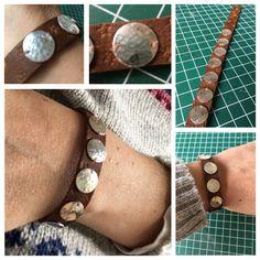 Leren armband met sterling zilveren gehamerde circels erop.