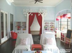 Játszószoba a Mackenzie Collier Interiors Playroom Stage, Blue Playroom, Playroom Closet, Playroom Ideas, Toy Room Storage, Toy Rooms, Kids Rooms, Tuscan House, Dream House Exterior