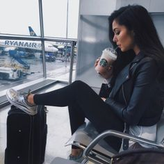 Airplane outfits you pick for the next flight have an important role. What to wear while traveling to look chic. Airport Fashion, Airport Style, Airport Outfits, 90s Fashion, Airport Chic, Fashion Shoes, Travel Fashion, Style Fashion, Fashion Women