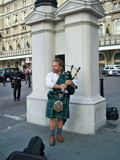 Playing bagpipes in London | Photo: symvol. License: CC0 Public Domain