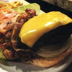 Hamburguesa Bistro Burger en Custer.  Esta hamburguesa es un desafío para el hambre. Dicen que es imposible comérselo montado. Será por ello que recomiendan comérselo por partes. Quizá resulte práctico llevar babero, existe riesgo de desprendimientos.  http://www.onfan.com/es/especialidades/anselmo/corner-bistro-1/hamburguesa-bistro-burger-1?utm_source=pinterest&utm_medium=web&utm_campaign=referal