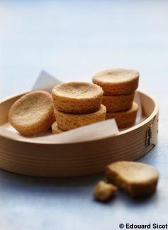 Recette Palets bretons    : Fouettez le beurre salé mou jusqu'à ce qu'il soit bien crémeux. Ajoutez le sucre et continuez de battre pendant 3 mn. Incorpo...