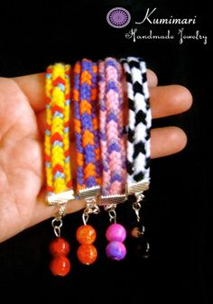 Learn how to make these kumihimo bracelets in the square loom at......Aprende a hacer estas pulseras en el telar de kumihimo cuadrado en.......http://kumimari.blogspot.jp/2014/04/square-kumihimo-loom-1-10-strand-arrow.html