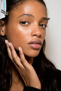 What is retinol? Can it really change the life of your skin? Discover how this acne-fighting, anti-aging, and color-correcting superpower ingredient can work wonders on your skin! Beauty Makeup, Hair Makeup, Hair Beauty, Beauty Bar, Beauty Trends, Beauty Hacks, Natural Glowy Makeup, Look Dark, Facial
