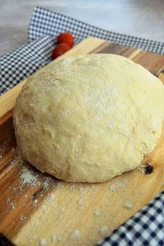 Pour réussir une pizza épaisse, extra moelleuse et qui à bon goût, la pâte à pizza au yaourt est idéale. Elle est facile et incomparable ! Quiche Lorraine, Quiches, Pain Garni, Pizza Sans Gluten, Naan, Healthy Alternatives, Biscuits, Food And Drink, Bread