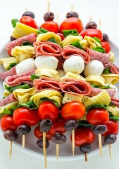 Healthy Recipes Antipasto skewers = easiest appetizer EVER. - Easy and amazing antipasto skewers! The perfect party appetizer. Antipasto Skewers, Skewer Appetizers, Appetisers, Appetizers For Party, Thanksgiving Appetizers, Beach Appetizers, Antipasto Salad, Antipasto Platter, Seafood Appetizers