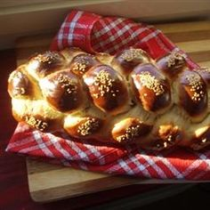 My Shabbat Challah is something out of this world. I made it up on my own, because the ones I tasted, I just didn& like. This can make 6 regular sized loaves, or two large braided loaves. Comida Judaica, Jewish Recipes, Hanukkah Recipes, Holiday Recipes, Israeli Recipes, Passover Recipes, Daily Bread, Bread Rolls, Sweet Bread