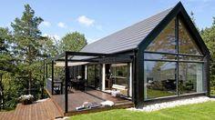 ORIGINAL FORM: Hytta har en takvinkel på 42 grader og glassfasaden åpner bygningen kompromissløst mot utsikten. Design: Morfeus arkitekter.  Foto: Espen Grønli