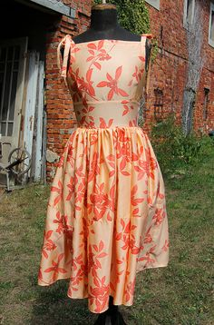 I love these 50s style dress...the colour...the floral pattern...It's made of a vintage japanese silk.