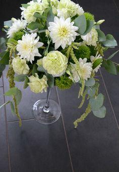 Raikas tarjoilupöydän asetelma, eKukka.fi Glass Vase, Home Decor, Decoration Home, Room Decor, Home Interior Design, Home Decoration, Interior Design