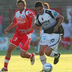 11/12/2005. Apertura 05. Argentinos 0 - Colón 2. El equilibrio de Colón  Fuertes, que celebró su gol N° 100, busca escapar de Anchén