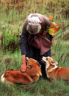 Эта женщина поражает своим трудолюбием и мастерством, сочетанием простоты и изысканности, близостью к природе и естественностью. Известный детский иллюстратор и писательница англоязычного мира Таша Тудор — воплощение женственности, мудрости, связи с землей, жизнерадостности, стремления к творчеству. Она создала вокруг себя иной мир — тот, в котором ей было удобно жить, созидать и воспитывать детей.