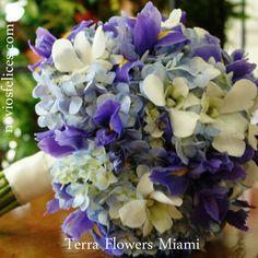 Ramo de hotensias azules, siemprevivas y lirios en tonos azules y malva