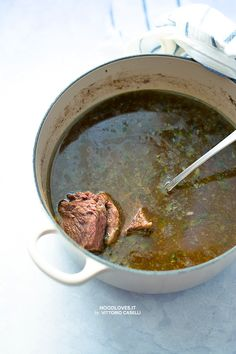 How to make a yummy meat broth.  Here the perfect recipe and tips! http://noodloves.it/brodo-di-carne/