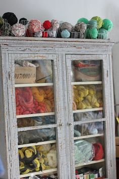 Wonderful Free of Charge Yarn storage moth Ideas yarn storage. would love to find something with glass I can recycle and use to show off yarn/fiber Knitting Room, Knitting Storage, Yarn Storage, Craft Storage, Fabric Storage, Storage Ideas, Yarn Display, Yarn Organization, Ideas Para Organizar