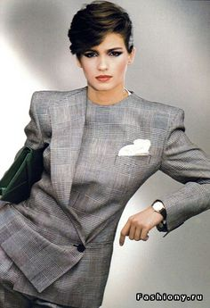 Women tried to put tech to impress. In the fashion of business women jackets were very loose shoulders with shoulder pads or a free square, or shortened.