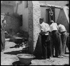 Republican solders washing at a well, Spain, ca. 1937//Gerda Taro