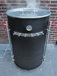 Roken is helemaal hot: daarom de DIY UDS BBQ! Homemade Smoker Plans, Uds Smoker, Build A Smoker, Ugly Drum Smoker, Barrel Smoker, 55 Gallon Drum, Café Bar, Backyard Patio Designs, Bbq Grill