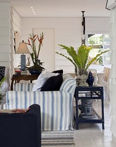 """The rag rug, the blue laquered """"Maguire"""" console, chinese ginger-jar porcelain lamp...love them."""