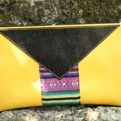 www.cewax aime la mode ethnique, tribale, afro tendance, hippie, boho chic... Retrouvez tous les articles sur la mode afro sur le blog de CéWax: http://cewax.wordpress.com/ et des sacs et bijoux ethniques en boutique: http://cewax.alittlemarket.com - Sac pochette modulable en cuir jaune et triangle noir - petit format