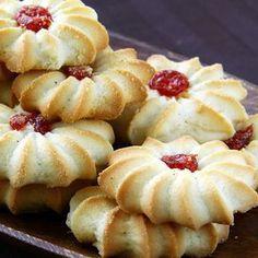 Aprenda a fazer esses deliciosos biscoitinhos com geleia INGREDIENTES 1 xícara (de chá) de manteiga ou margarina 3/4 de xícara (de chá) de açúcar 1 ovo 2 e