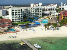 1. Aquamarina Beach #Cancún un hotel familiar y accesible. Se encuentra en la Zona Hotelera cerca del #TeatroDeCacnún, Puente Calinda y claro de la playa ;)