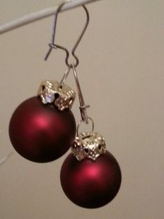 DIY Christmas earrings: use little glass christmas ornament balls / oorbellen van kerstballen