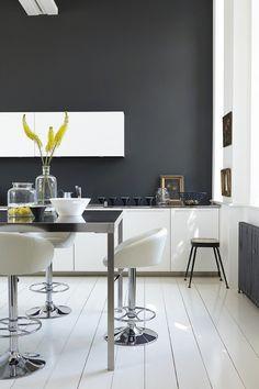 armoires de cuisine blanches murs-anthracites-accents-jaunes