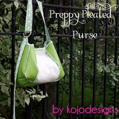 The Preppy Pleated Purse - Free Sewing Tutorials Handbag Tutorial, Diy Handbag, Wallet Tutorial, Diy Purse, Diy Bags Purses, Sew Bags, Handbag Patterns, Fabric Bags, Sewing Accessories