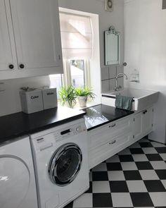 Vaskerommet i huset - deilig når sola kommer inn Endelig fredag #vaskerom #laundryroom #levlandlig #vakrehjemoginterior…