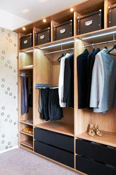 Ideoita omiin ratkaisuihin - Inaria.  Vaatehuone tarjoaa monipuolista säilytystilaa. #vaatekaappi #walkincloset #säilytysratkaisut vaatteille
