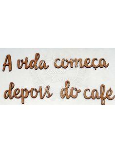 """<table border=""""0"""" cellpadding=""""0"""" cellspacing=""""0"""" width=""""717"""" style=""""width: 538pt;""""><tbody><tr height=""""19"""" style=""""height:14.4pt"""">   <td height=""""19"""" width=""""717"""" style=""""height:14.4pt;width:538pt""""><p>FRASE A VIDA COMEÇA   DEPOIS DO CAFÉ LETRAS COM ATÉ 4 CM DE ALTURA</p><p>DISPONÍVEL EM MDF 3MM<&#x2F..."""
