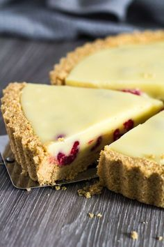 White Chocolate Raspberry Tart - A deliciously rich and creamy no-bake white chocolate tart recipe that is stuffed full of fresh raspberries, and has a sweet digestive biscuit crust! dinner for a crowd White Chocolate Raspberry Tart No Bake Summer Desserts, Desserts For A Crowd, Easy Desserts, Delicious Desserts, Easy Tart Recipes, Pie Recipes, Cool Recipes, Dinner Party Desserts, Summer Cakes