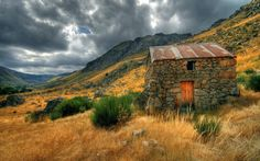 This weeks Tiny House in a Landscape is a beautiful old stone house in the mountains. Wallpaper Free, Home Wallpaper, Rustic Wallpaper, Wallpaper Maker, Widescreen Wallpaper, Wallpaper Desktop, Black Wallpaper, Wallpaper Backgrounds, Casa Do Rock