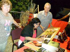 Almudena con Manolo de la Librería Lapiceros, firmando el cartel by Biblioteca Municipal Valdepeñas,