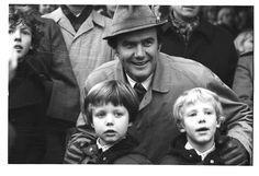1975. Prins Henrik, kronprins Frederik og prins Joachim til Hubertus jagt. Familien har taget opstilling ved Magasindammen.