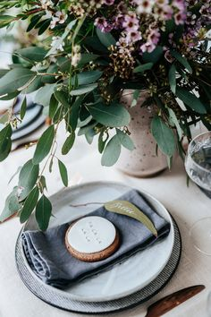 Beautiful Australian Christmas Inspiration by Eclective Creative with native Australian flowers and a neutral colour palette with touches of silver. Aussie Christmas, Australian Christmas, Summer Christmas, Christmas Makes, Christmas Home, Christmas Ideas, Simple Christmas, Garden Party Decorations, Xmas Decorations