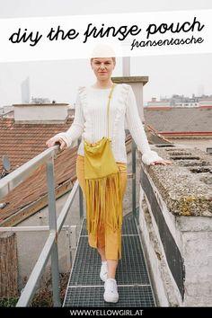 Manche Taschen sind Liebe auf den ersten Blick. Ein mal gesehen und nie wieder aus dem Kopf bekommen. Leider sagt der Kontostand wie immer strickt 'Nein' und der Lottogewinn winkt nicht gerade am Horizont … So blieb wie so oft nichts anderes übrig als mich an die Nähmaschine zu setzen und meine DIY Handtasche inspiriert von der Fringe Pouch von Bottega Veneta selbst zu nähen. Ich hoffe das Ergebnis gefällt euch genau so gut wie mir! Pouch, Bottega Veneta, Lifestyle, Jewelry Making, Diy Handbag, Long Fringes, Craft Tutorials, Sachets, Porch