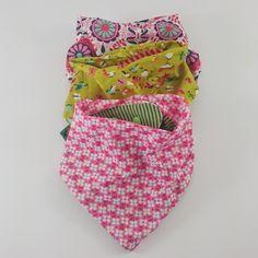 Superschicke DIY Sabbertücher für die Kleinsten, im Bandana-Look. Sie sehen aus wie ein gebundenes Halstuch, sind aber viel praktischer - mit Snap-Verschluss.