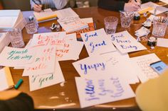 Kalligrafie mit Federn und Tusche sowie Hand Lettering mit Brushpens lernen mit Ana Luiza Live Workshops deutschlandweit Foto von Yvonne Haag