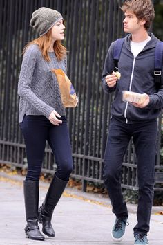 Emma Stone & Andrew Garfield: New York Stroll!: Photo Emma Stone rocks a beanie as she joins her rumored boyfriend, Andrew Garfield, for a walk on Tuesday (November in New York City. The actress held… Celebrity Couples, Celebrity Style, Celebrity News, Emma Stone Andrew Garfield, Emma Stone Style, Actress Emma Stone, Estilo Preppy, Fashion Couple, Cute Couples