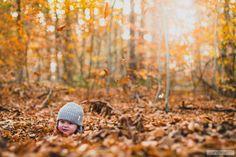 Peutertje verstopt zich in de herfstblaadjes