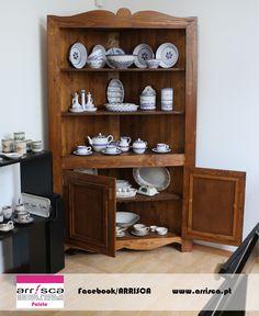 Conjugação entre a louça regional e o mobiliário realizado através do aproveitamento de paletes na ARRISCA CERÂMICA