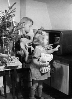 & play on a radio next to a decorated Christmas tree& ullstein b . Christmas Photos, Vintage Christmas, Christmas Tree, Radios, Timeline Images, Christmas Traditions, Kids Playing, Vintage Photos, Ted