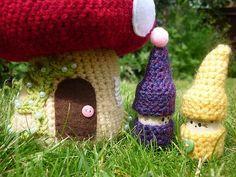 Crochet Toadstool House and Gnomes Free Pattern Crochet Crafts, Yarn Crafts, Crochet Toys, Crochet Projects, Free Crochet, Crochet Fairy, Crochet Flowers, Champignon Crochet, Amigurumi Patterns