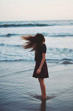 retrato - retratos femininos - ensaio feminino - ensaio externo - fotografia - ensaio fotográfico - book - praia - mar - água - vento